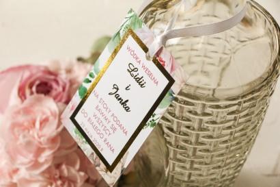 Ślubne Zawieszki na butelki na alkohol ze złoceniem oraz z różowymi piwoniami w towarzystwie białych róż i zieleni