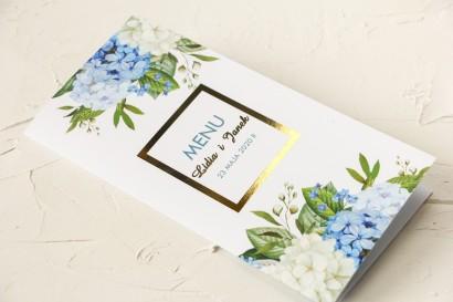 Menu ślubne ze złoceniem oraz z niebieską i białą hortensją w otoczeniu zieleni