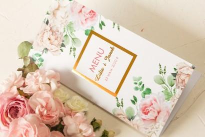 Menu ślubne ze złoceniem oraz z różowymi piwoniami w towarzystwie białych róż i zieleni