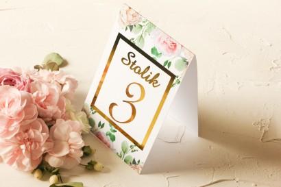Złocone Numery stolików ślubnych z różowymi piwoniami w towarzystwie białych róż i zieleni