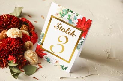 Złocone Numery stolików ślubnych z bordowymi i białymi różami