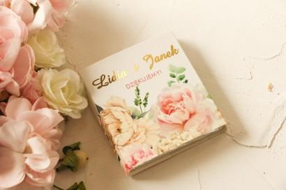 Podziękowanie dla gości weselnych w postaci mlecznej czekoladki, owijka z różowymi piwoniami