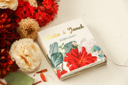 Podziękowanie dla gości weselnych w postaci mlecznej czekoladki, owijka z bordowymi i białymi różami