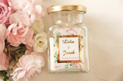 Świeczki ślubne - podziękowania dla gości weselnych. Etykieta ze złoceniami oraz z różowymi piwoniami