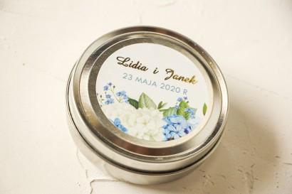 Okrągłe Świeczki ślubne - podziękowania dla gości weselnych. Etykieta ze złoceniami oraz z niebieską i białą hortensją