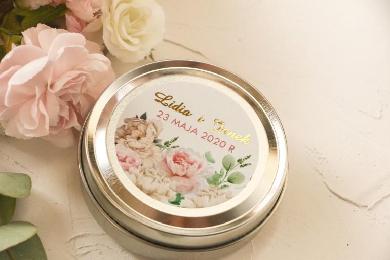 Okrągłe Świeczki ślubne - podziękowania dla gości weselnych. Etykieta ze złoceniami oraz z różowymi piwoniami