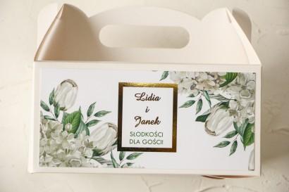 Prostokątne Pudełko na ciasto weselne ze złoceniami oraz z białą hortensją i tulipanami w otoczeniu zieleni
