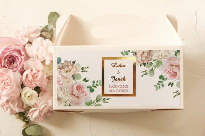 Prostokątne Pudełko na ciasto weselne ze złoceniami oraz z różowymi piwoniami w towarzystwie białych róż