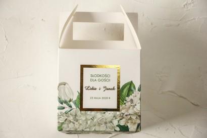 Kwadratowe Pudełko na ciasto weselne ze złoceniami oraz z białą hortensją i tulipanami w otoczeniu zieleni