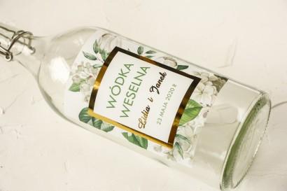 Złocone Etykiety samoprzylepne na butelki na alkohol z białą hortensją i tulipanami w otoczeniu zieleni