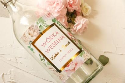 Złocone Etykiety samoprzylepne na butelki na alkohol z różowymi piwoniami w towarzystwie białych róż i zieleni
