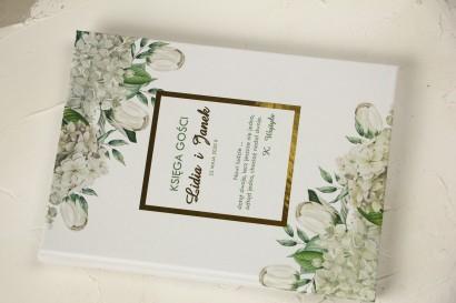 Ślubna Księga Gości ze złoceniami z białą hortensją i tulipanami w otoczeniu zieleni