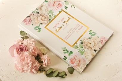 Ślubna Księga Gości ze złoceniami z różowymi piwoniami w towarzystwie białych róż i zieleni