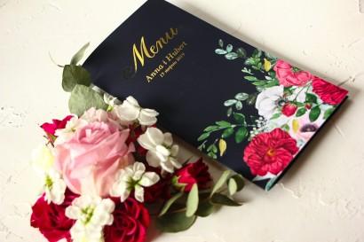 Granatowe Menu Ślubne ze złoceniami oraz z eleganckim bukietem z różowych piwonii, róż i białego zawilca
