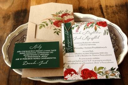 Zimowe zaproszenia ślubne z czerwoną różą i zielonymi gałązkami z dodatkiem bieli