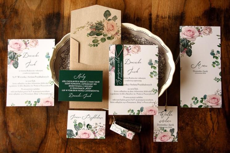 Zaproszenia ślubne z różami i zielonymi gałązkami eukaliptusa. Do zaproszeń dołączona jest ekologiczna koperta