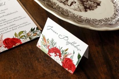 Zimowe Winietki Ślubne z czerwoną różą i zielonymi gałązkami z dodatkiem bieli