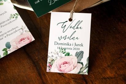 Zawieszki ślubne na butelki na alkohol z różami i zielonymi gałązkami eukaliptusa