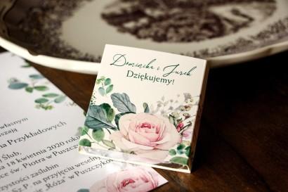 Czekoladki Ślubne - Podziękowania dla gości. Owijka z różami i zielonymi gałązkami eukaliptusa