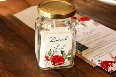 Świeczki Ślubne jako Podziękowania dla Gości. Etykieta z czerwoną różą i zielonymi gałązkami z dodatkiem bieli