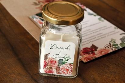 Świeczki Ślubne jako Podziękowania dla Gości. Etykieta z różowym bukietem i zielonymi gałązkami