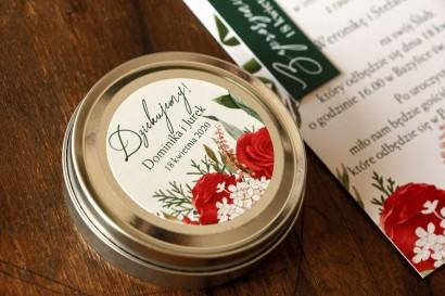 Świeczki Ślubne okrągłe jako Podziękowania dla Gości. Etykieta z czerwoną różą i zielonymi gałązkami z dodatkiem bieli