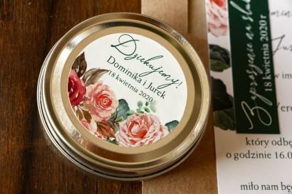 Świeczki Ślubne okrągłe jako Podziękowania dla Gości. Etykieta z różowym bukietem i zielonymi gałązkami
