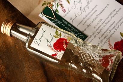 Ślubne Butelki na nalewki jako Podziękowania dla Gości - Etykieta z czerwoną różą i zielonymi gałązkami z dodatkiem bieli