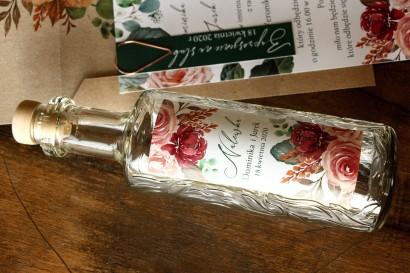 Ślubne Butelki na nalewki jako Podziękowania dla Gości - Etykieta z różowym bukietem i zielonymi gałązkami
