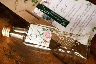 Ślubne Butelki na nalewki jako Podziękowania dla Gości - Etykieta z różami i zielonymi gałązkami eukaliptusa
