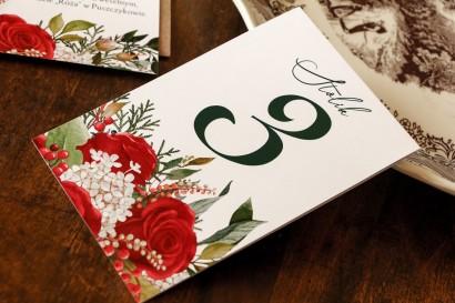 Ślubne Numery stolików weselnych z czerwoną różą i zielonymi gałązkami z dodatkiem bieli