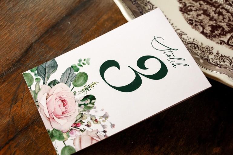 Ślubne Numery stolików weselnych z różami i zielonymi gałązkami eukaliptusa
