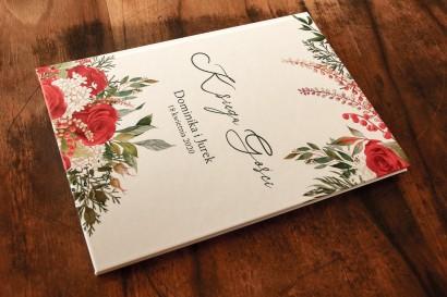 Ślubna Księga Gości z czerwoną różą i zielonymi gałązkami z dodatkiem bieli