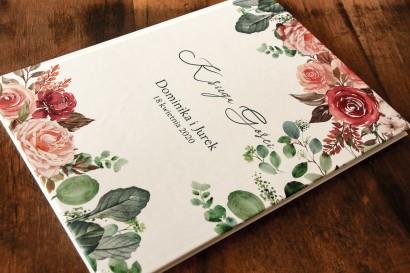 Ślubna Księga Gości z różowym bukietem i zielonymi gałązkami