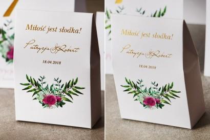 Ślubne pudełeczko na słodkości dla gości weselnych ze złoceniem, zieloną kompozycją gałązek oraz kwiatami róży - Cykade nr 4