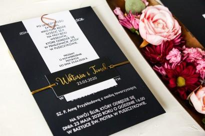 Granatowe zaproszenia ślubne w nowoczesnym stylu. Zaproszenia przewiązane bilecikiem ze złotą czcionką