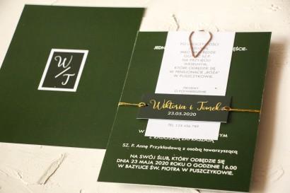 Nowoczesne zaproszenia ślubne kolorze butelkowej zieleni. Zaproszenia przewiązane bilecikiem ze złotą czcionką.