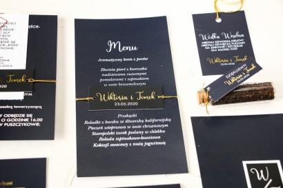 Nowoczesne Menu Ślubne przewiązane złoconym bilecikiem. Menu w kolorze granatowym
