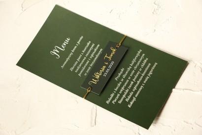 Nowoczesne Menu Ślubne przewiązane złoconym bilecikiem. Menu w kolorze butelkowej zieleni