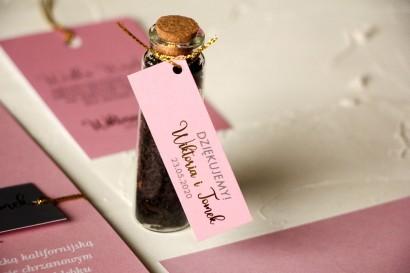 Ślubne Podziękowania dla Gości w postaci buteleczek z herbatą. Przywieszka ze złoceniem w kolorze pudrowego różu