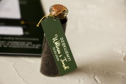 Ślubne Podziękowania dla Gości w postaci buteleczek z herbatą. Przywieszka ze złoceniem w kolorze butelkowej zieleni