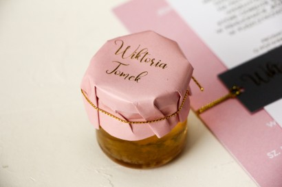 Słoiczek z miodem - Ślubne Podziękowania dla gości. Różowy kapturek ze złoceniem przewiązany złotym sznureczkiem