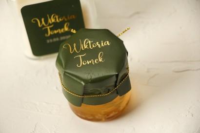 Słoiczek z miodem - Ślubne Podziękowania dla gości. Zielony kapturek ze złoceniem przewiązany złotym sznureczkiem