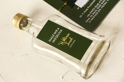 Ślubne Butelki na nalewki wraz ze złoconą etykietą w kolorze butelkowe zieleni
