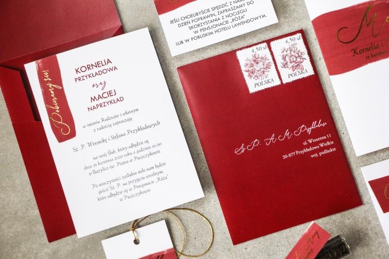 Bordowe zaproszenia ślubne ze złotą czcionką z dopasowaną, bordową kopertą w oryginalnym formacie