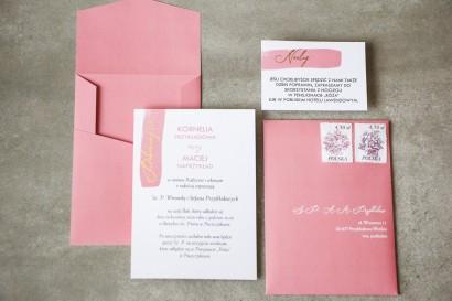 Zaproszenia ślubne w kolorze pudrowego różu ze złotą czcionką z dopasowaną, różową kopertą w oryginalnym formacie