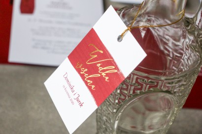 Złocone zawieszki na butelki na alkohol z bordową akwarelową grafiką