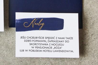 Bilecik do zaproszeń ślubnych z granatową akwarelową grafiką i złoconym napisem