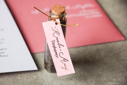Buteleczka z Herbatą - Ślubne Podziękowania dla gości. Różowa przywieszka z złoconymi napisami