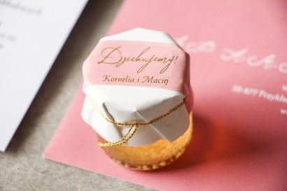 Słoiczek z miodem - Ślubne  podziękowanie dla gości weselnych. Kapturek z różową akwarelową grafiką ze złotymi napisami